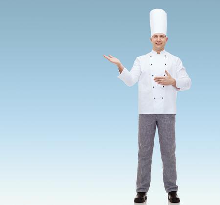 invitando: Cocinero feliz Cocinero de sexo masculino invitando sobre fondo azul Foto de archivo