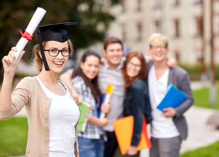 diploma: grupo de estudiantes adolescentes felices con las carpetas de la escuela secundaria