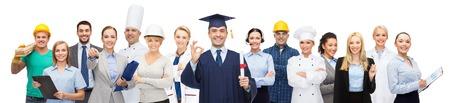 profesiones: la gente, la profesión, la educación, el gesto y el concepto de éxito - soltero feliz con el diploma que muestra el signo ok sobre diferentes trabajadores detrás