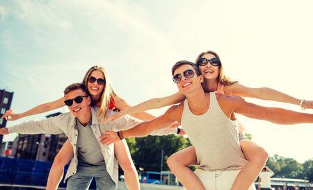 pareja de adolescentes: sonriente pareja se divierte en la ciudad
