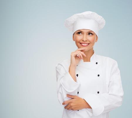 회색 배경 위에 꿈꾸는 여성 요리사, 요리 또는 베이커 미소
