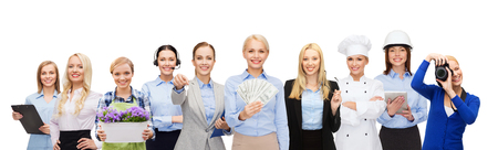 profesiones: mujer de negocios feliz celebración de dinero en dólares sobre el grupo de trabajadores profesionales