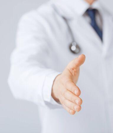 친절 한 남성 의사와 손을 엽니 다.