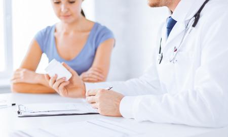 close up van de patiënt en arts voorschrijven van medicijnen Stockfoto