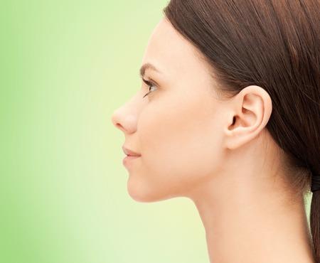 profil: zdrowia, ludzie i pojęcie piękna - piękna młoda kobieta twarz na zielonym tle Zdjęcie Seryjne