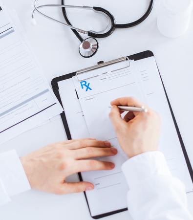 persona escribiendo: Close up de papel de la prescripci�n m�dico masculino escribiendo Foto de archivo