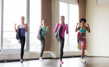 artes marciales: fitness, deporte, entrenamiento, gimnasio y artes marciales concepto - grupo de mujeres trabajando y luchando en el gimnasio