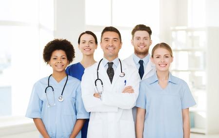 emergencia: el hospital, la profesión, la gente y concepto de la medicina - grupo de médicos felices en el hospital
