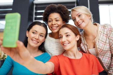 mujeres felices: la gente, el ocio, la amistad y el concepto de la tecnología - mujeres jóvenes felices teniendo selfie con smartphone