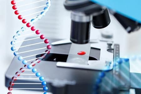 Scienza, chimica, biologia, medicina e della ricerca concetto - stretta di microscopio con test del sangue del campione in laboratorio clinico Archivio Fotografico - 47194651