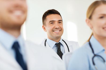 edad media: clínica, la profesión, la gente y concepto de la medicina - médico hombre feliz sobre grupo de médicos reunidos en el hospital