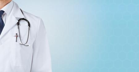 의학, 사람과 건강 관리 개념 - 가까운 남성 의사의 파란색 배경 위에 청진