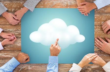 colaboracion: negocios, personas y concepto de trabajo en equipo - Cierre de creativos del equipo manos en la mesa apuntando el dedo a la imagen de nubes