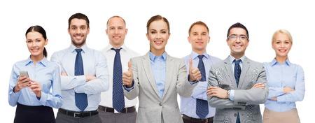 personnes: affaires, les gens, les entreprises, le travail d'équipe et le concept de bureau - groupe de gens d'affaires heureux montrant thumbs up