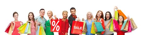 many people: el consumismo, la gente y el concepto de descuento - grupo de gente feliz con el porcentaje y muestra de la venta de bolsas de la compra Foto de archivo