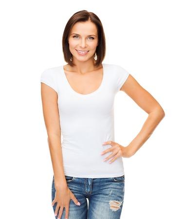 camiseta: mujer sonriente en blanco en blanco t-shirt - camiseta concepto de diseño