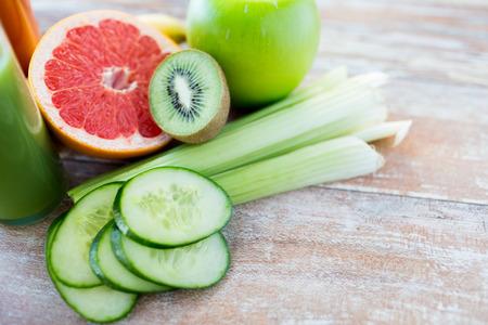 legumes: alimentation, nourriture végétale, une alimentation saine et des objets notion - Gros plan sur les fruits et légumes mûrs sur la table