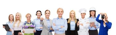 profesiones: personas, profesión, capacitación, el empleo y el concepto de éxito - mujer de negocios feliz sobre grupo de trabajadores profesionales Foto de archivo