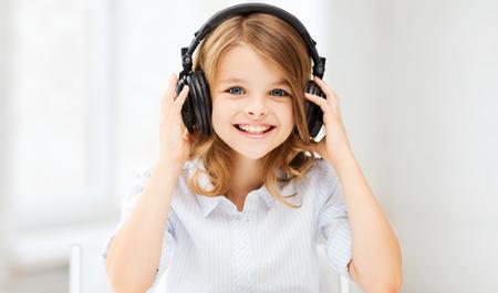 escuchando musica: casa, la tecnología y el concepto de la música - niña con auriculares en casa