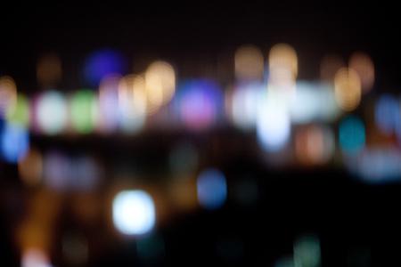 休日、照明および電気コンセプト - 暗い夜背景にカラフルな明るいライト