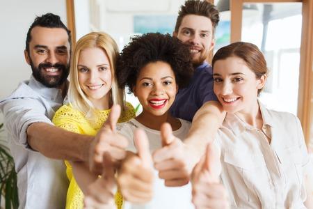 Negocio, el inicio, la gente y el trabajo en equipo concepto - Personas felices mostrando los pulgares arriba en la Oficina creativas Foto de archivo - 47510996