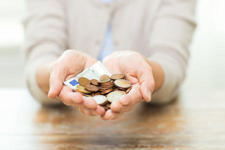 monedas antiguas: ahorros, dinero, seguro de renta vitalicia, la jubilaci�n y la gente concepto - cerca de la mujer mayor Manos que sostienen el tarro del dinero