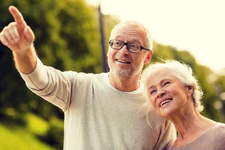 vecchiaia: Famiglia, età, turismo, viaggi e persone concetto - coppia senior nel parco