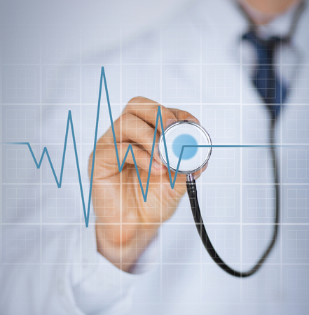 instrumental medico: imagen de la mano del médico con estetoscopio para escuchar latidos del corazón