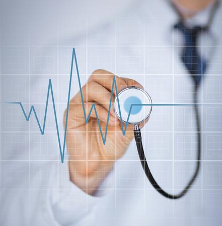 cuore: immagine della mano medico con stetoscopio ascolto battito del cuore