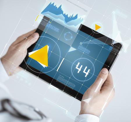 medicina: la medicina, la tecnología y el concepto de la gente - cerca de médico celebración de Tablet PC con el gráfico en pantalla