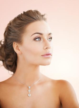 mujer elegante: cerca de la hermosa mujer que llevaba collar de diamante brillante