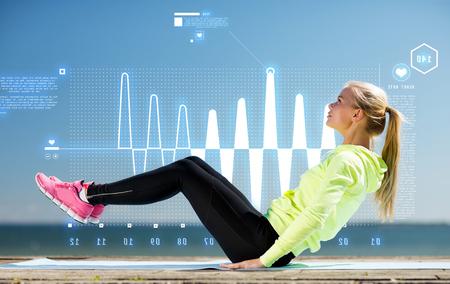 deporte: fitness y estilo de vida concepto - mujer haciendo deportes al aire libre