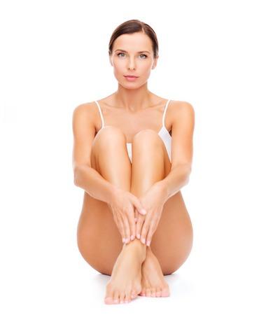 belles jambes: la santé et la beauté notion - belle femme en blanc coton sous-vêtements