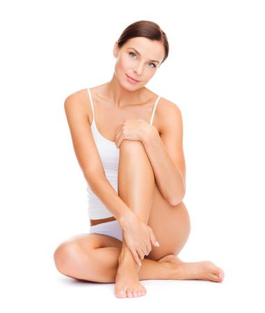 美しさ: 健康と美容のコンセプト - 白い綿の下着で美しい女性