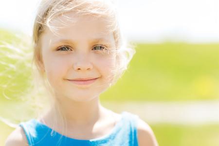 niñas bonitas: verano, la infancia, el ocio y el concepto de la gente - niña feliz al aire libre Foto de archivo