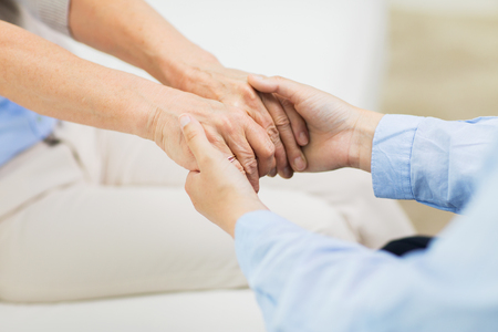 apoyo familiar: la gente, la edad, la familia, la atención y el apoyo concepto - cerca de la mujer en la mano senior y jóvenes