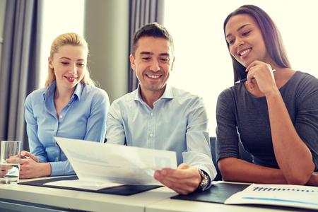 trabajo en equipo: negocio, la gente y el concepto de trabajo en equipo - grupo de empresarios sonriendo reunión en la oficina