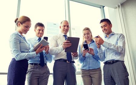 비즈니스, 팀워크, 사람들 및 기술 개념 - 태블릿 pc와 스마트 폰 사무실에서 회의 비즈니스 팀