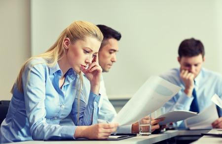 ビジネス、チームワーク、人々 および危機のコンセプト - ビジネス チームのオフィスで座っている悲しいと解決問題