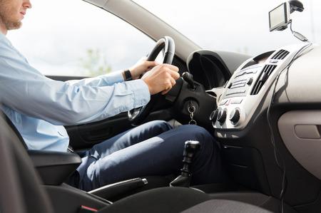 Verkehr, Geschäftsreise, das Ziel und die Menschen Konzept - Nahaufnahme von jungen Mann im Anzug, der Auto antreibt