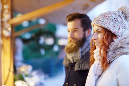 ropa de invierno: días de fiesta, invierno, navidad y la gente concepto - feliz pareja en ropa de abrigo al aire libre