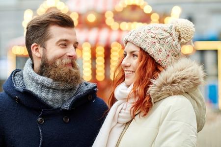 vestidos antiguos: d�as de fiesta, invierno, navidad y la gente concepto - pareja feliz en ropa de abrigo caminando en el casco antiguo Foto de archivo