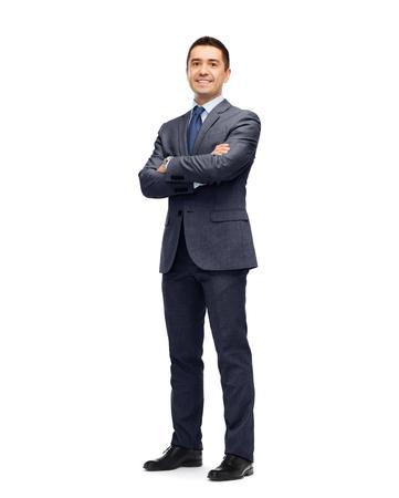 negócio: negócios, pessoas e conceito de escritório - homem de negócios feliz, sorrindo em terno cinza escuro