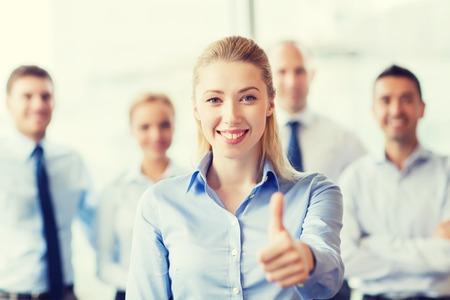笑みを浮かべて実業家示す親指をオフィスのビジネスマンのグループ - ビジネス、人々、ジェスチャー、チームワークの概念