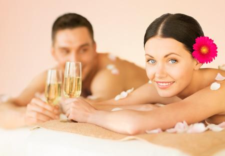 parejas jovenes: Foto de joven en sal?n del balneario bebiendo champ?n
