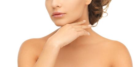 buen vivir: la salud y el concepto de la belleza - la cara y las manos de la mujer hermosa con updo (se puede utilizar como una plantilla para la joyería) Foto de archivo