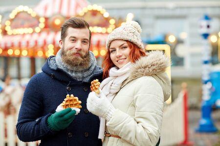 personas comiendo: d�as de fiesta, invierno, navidad y la gente concepto - pareja feliz en ropa de abrigo caminando en el casco antiguo Foto de archivo
