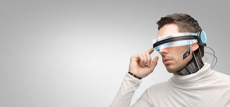 on high: las personas, la tecnología, el futuro y el progreso - hombre con gafas futuristas y 3d implante de microchip o sensores sobre fondo gris
