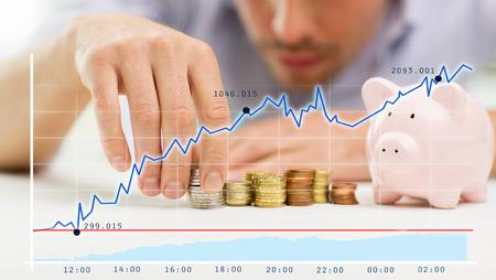 성장 차트를 통해 가까운 돼지 저금통으로 사업가의 최대 및 동전 - 비즈니스, 사람, 재정과 돈을 절약 개념