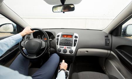 manejando: transporte, viaje de negocios, la velocidad, el destino y la gente concepto - cerca del hombre joven que conduce el aparcamiento